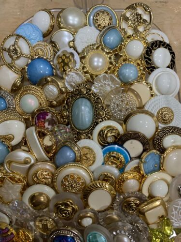 LOT OF VINTAGE LOOK BUTTONS - 100 BUTTONS