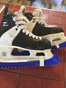 CCM tacks junior hockey skates