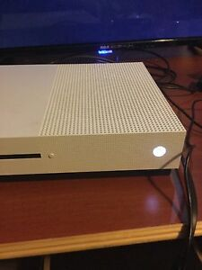 X box one S with 6 games only used for 5 month