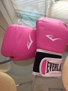 Pink Everlast boxing gloves Sylvania Waters Sutherland Area Preview