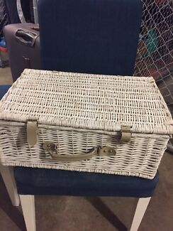 Quaint picnic basket for 4 in great condition