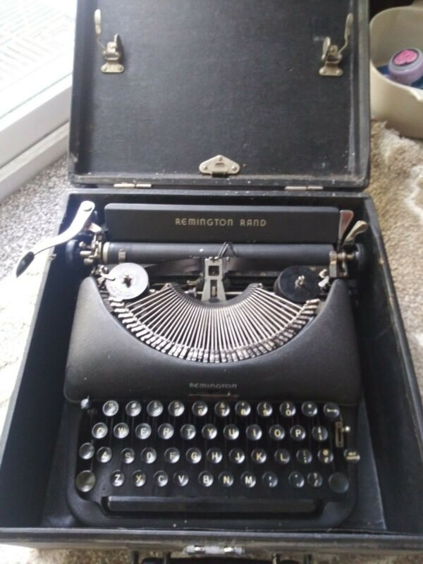 REMINGTON RAND DELUX MODEL 5 - VINTAGE TYPEWRITER WITH CASE