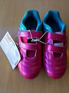 BNWT girls soccer shoes Size 1