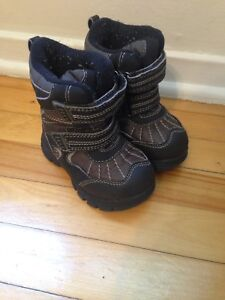 Size 7 (fits more like size 5 or 6) Toddler Winter Boots