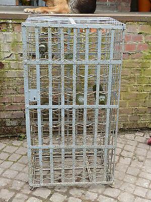 altes geschmiedetes Weinregal eisernes Regal genietet für Weinflaschen mit Tür - Tür Flasche Regal