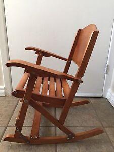 Chaise berçante en bois antique pour enfant