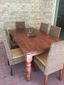 Dining table/set, good condition.