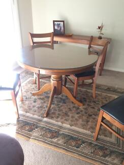 Round solid wood dIning table & 4 chairs - new condition