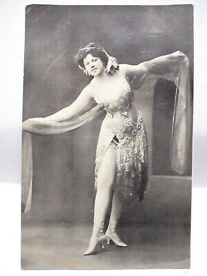 1910 RISQUE POSTCARD SHOWGIRL, PERFORMER SHOWING HER LEG