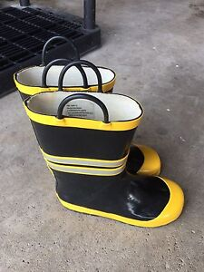 Size 2 Kid's Rain Boots Black and Yellow
