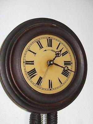 runde Uhr mit Glaszifferblatt, Holzrahmen, Kettenaufzug, Wecker auf Glocke