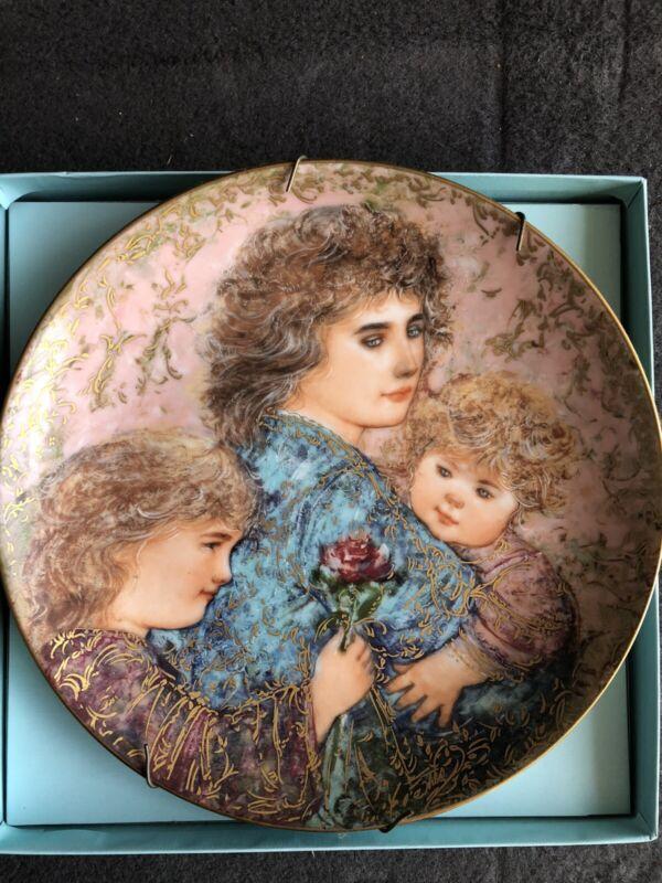 Edna Hibel Mothers Day ELIZABETH, JORDAN AND JANIE 1990 Collectors Plate #4458 D