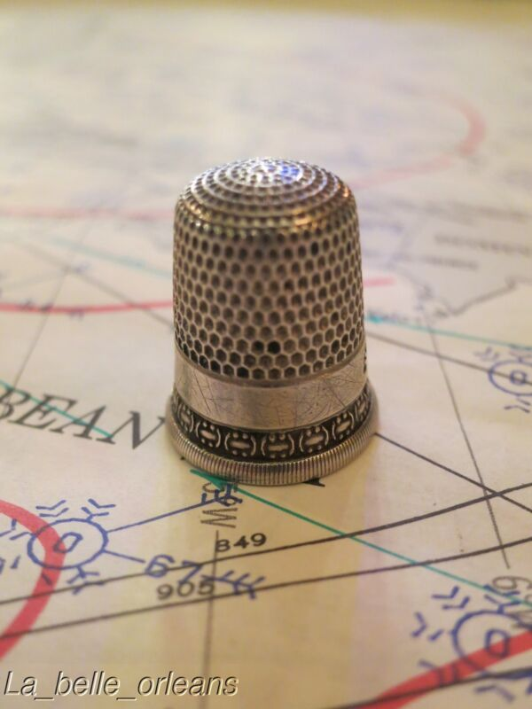ANTIQUE SIMON BROTHERS STERLING SILVER THIMBLE. NICE DESIGN!!