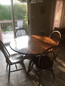 SOLID OAK KITCHEN/DINING ROOM TABLE PLUS 4 CHAIRS