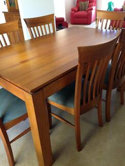 DINING TABLE & BUFFET HUTCH