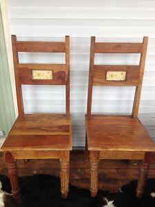 2 belles chaises avec ceramique.