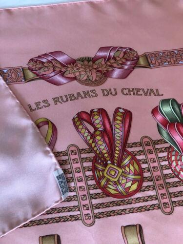 Hermes. foulard carré  soie ( 90 x 90 ) rubans de cheval  rose
