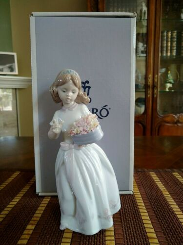 """Lladro Figurine """"For A Special Someone"""" Girl W/ Heart Shaped Flower Box #6915"""