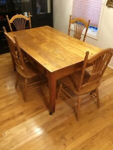 Table de bois et 4 chaises de cuisine / Wood table & chairs