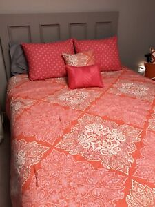 Queen size comforter set with shams and accent pillows