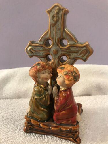 Christmas figurine 2 children praying cross behind them EX5168