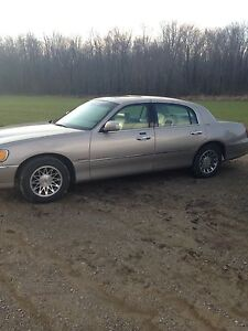 2000 Lincoln Towncar London Ontario image 2