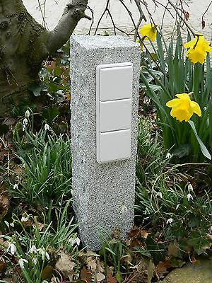 Dreifache Gartensteckdose in Granitpalisade, Außensteckdose, gestockt, kurz