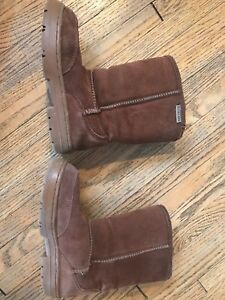 Auckland size Y4 children's ugh boot great cond!