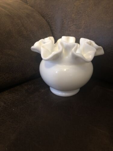 VTG UNMARKED FENTON MILK GLASS SHORT RUFFLED EDGE VASE, REALLY PRETTY NICE  - $5.00