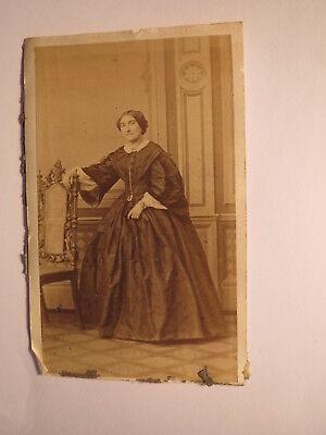 stehendes Frau im Reifrock - Kulisse ca. 1860er Jahre / CDV