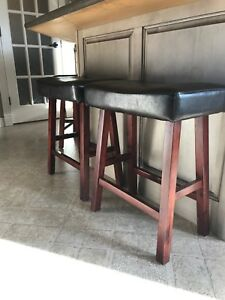 4 bar stools (only 3 in picture)
