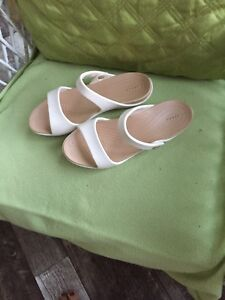 Ladies croc sandals in white and tan