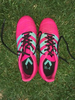 FOOTBALL/ SOCCER BOOTS- US 6 1/2
