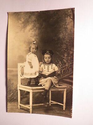 München - 2 Kinder - Mädchen im Kleid - Schleife im Haar - Buch - Kulisse / Foto ()