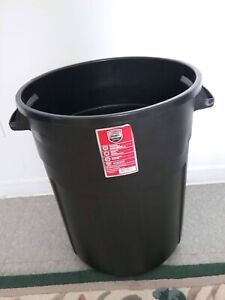 BRAND NEW RUBBERMAID GARBAGE BIN