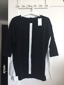 Cotton top with side slit in black and whitw