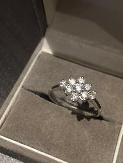 18ct White gold ring with diamond cluster Mango Hill Pine Rivers Area Preview