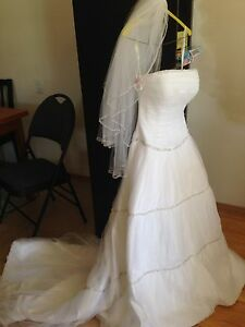 Beautiful wedding dress for sale size 4