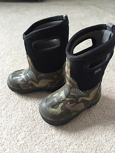 Boys winter boot Bogs size 8 toddler