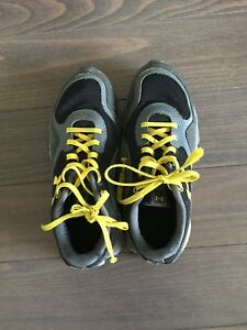 Boys size 5 under armour runners