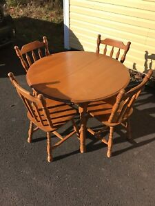Dinning Room Table with Leaf and four Chairs