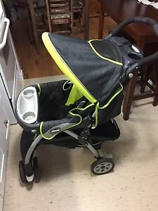 7 month old Chicco car seat/stroller combo  Cambridge Kitchener Area image 3