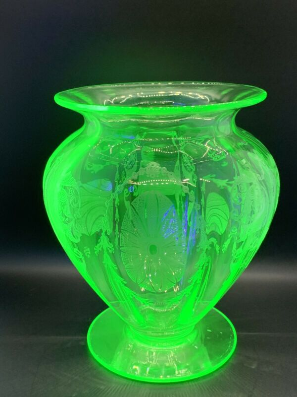 Cambridge Glass Emerald Green Flower Vase with Majestic Etching