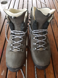 Women's hiking boots near new, REI leather, Goretex US8 UK6.5
