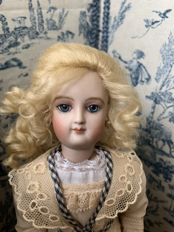 """MOHAIR doll wig size 5-6"""" ASH Blond Sapphire Mohair Doll Wig.  Lavishly lovely"""
