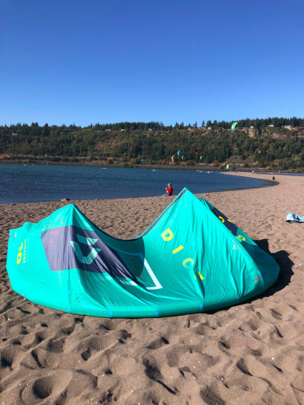 Duotone 10m Dice 2020 Kiteboarding kite, used in great condition, Mint color.
