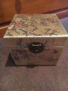 Chinese inspired gold jewellery/gift box Rossmoyne Canning Area Preview