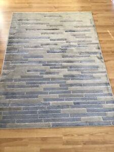 Indoor woven rug 5' x 7'