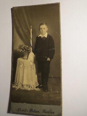Ratibor - stehender Junge im Anzug mit Kerze - Kommunion ? - Kulisse / KAB ()