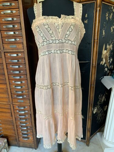 Perfect 1920s French Pale pink Silk Lingerie Gown w. handmade Valenciennes lace